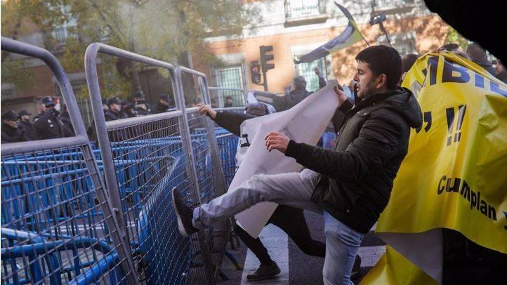 Momento en el que la cabecera de la manifestación tira abajo las vallas que protegían al Congreso de los Diputados.