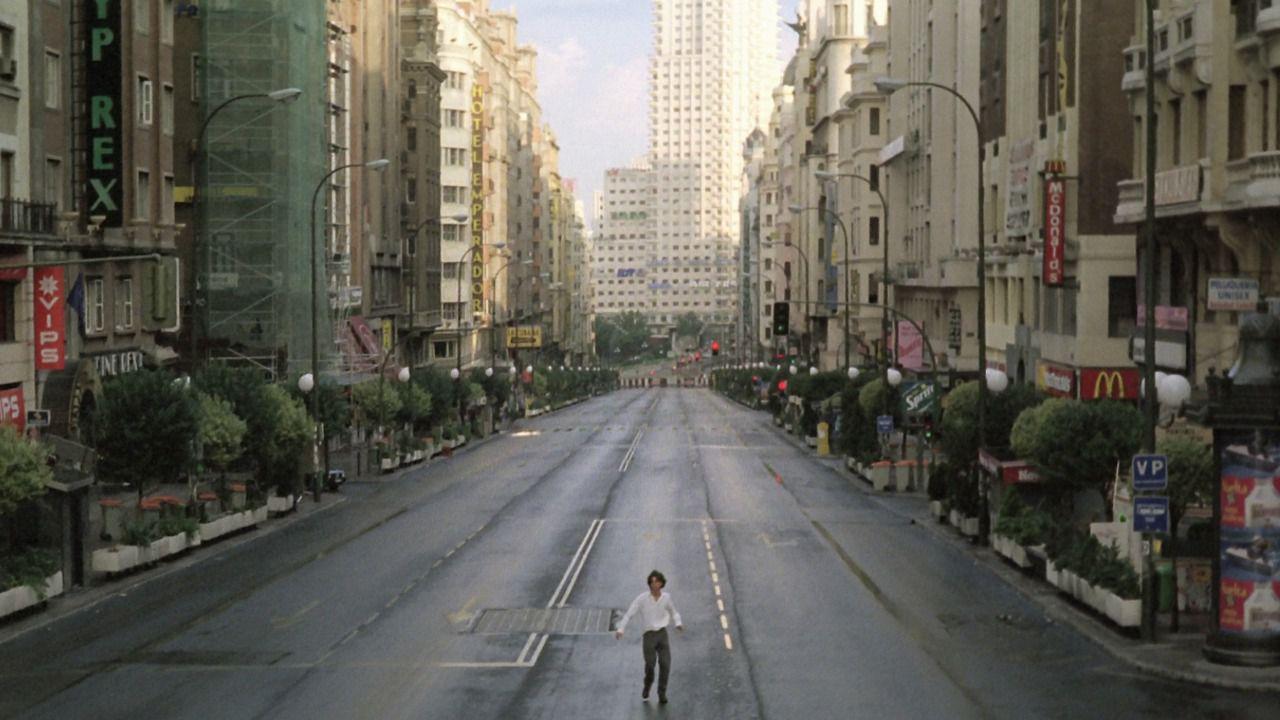 Fotograma de la Gran Vía vacía en la película 'Abre los ojos'