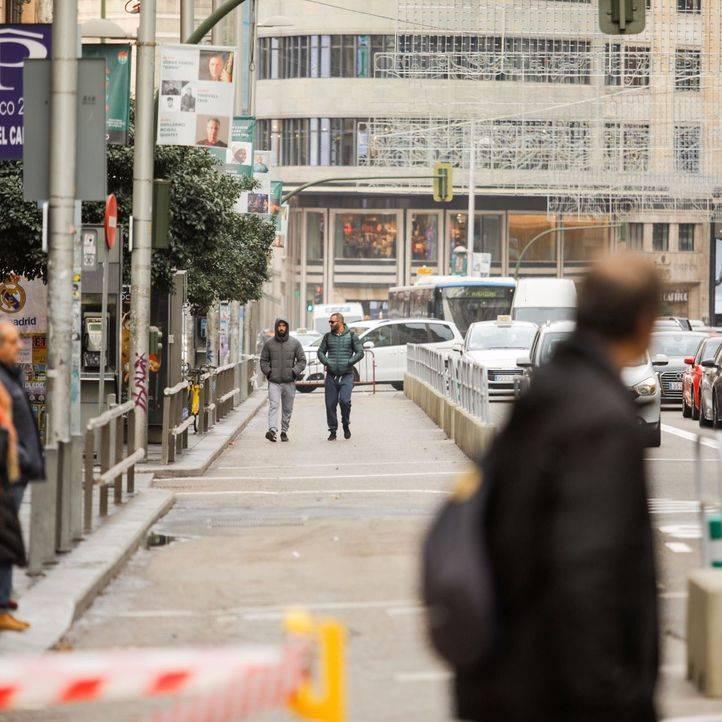 El Ayuntamiento de Madrid ha iniciado los trabajos para la ampliación de las aceras de la Gran Vía posicionando separaciones estáticas y reduciendo los carriles para coches.