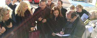 Los ediles de los municipios firmando la carta presentada en el Ministerio de Fomento.