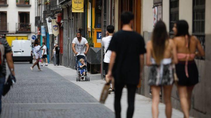 Foto de archivo de personas paseando por Madrid