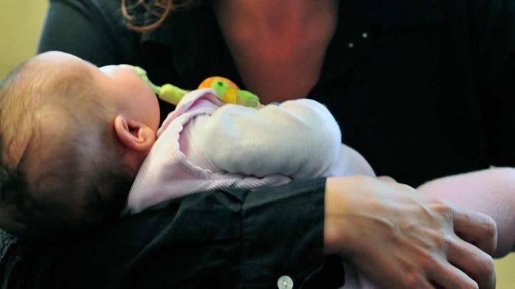 Bebé en brazos de una madre