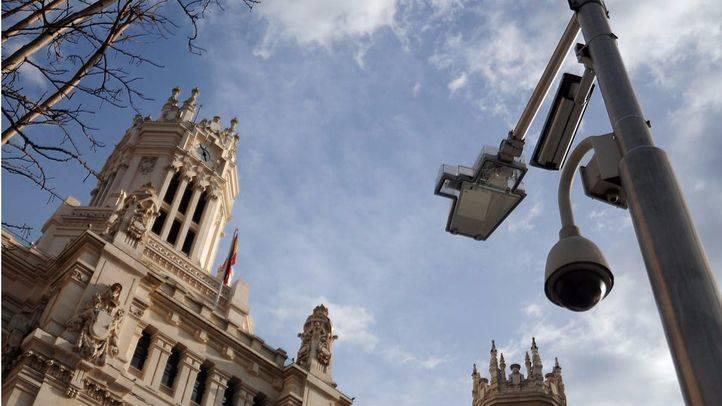 Cámaras de seguridad en farolas de Cibeles y orientadas hacia el edificio del Ayuntamiento de Madrid