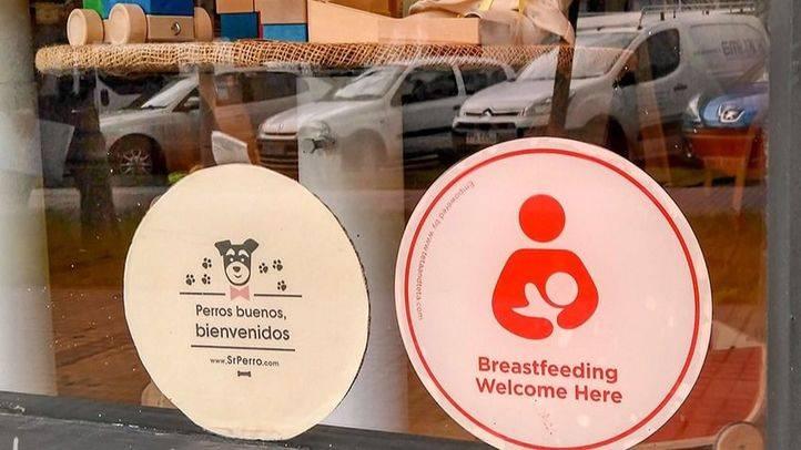 Pegatinas que indican que en ese espacio se da la bienvenida a la lactancia