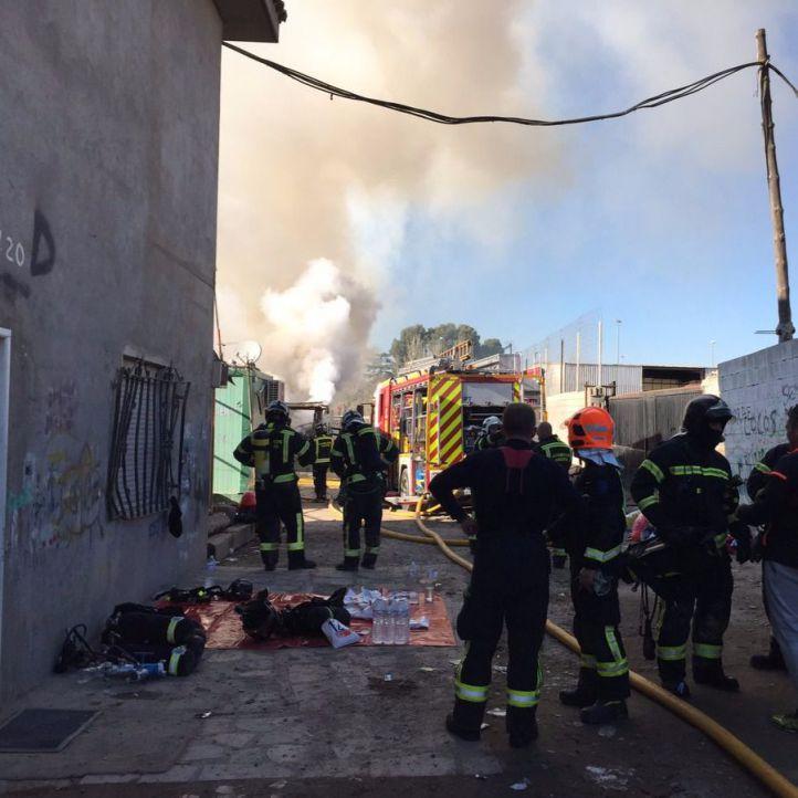 Más de 80 desalojados por un incendio en La Cañada