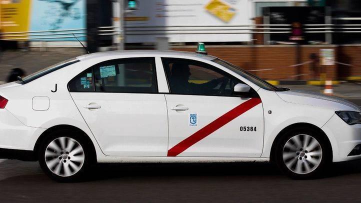 Foto de archivo de un taxi circulando por Madrid