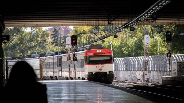 Foto de archivo de un tren de cercanías de la línea C7 entrando en la estación de Entrevías.