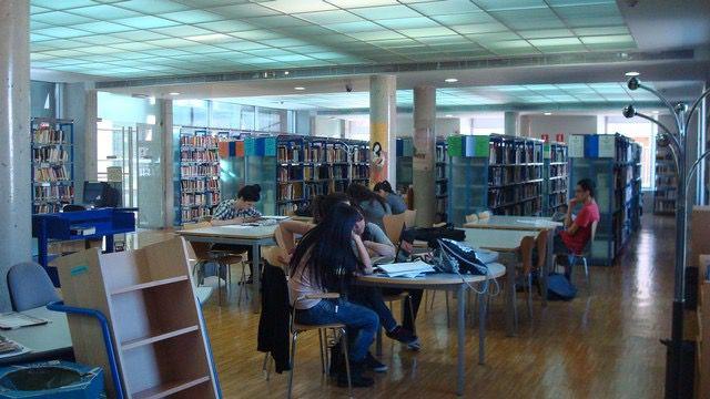 Foto de archivo de estudiantes en una biblioteca
