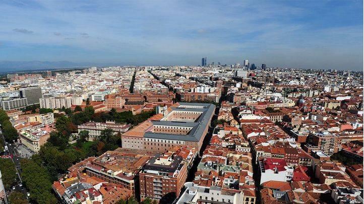 Vistas aéreas desde Torre Madrid, Chamberí del palacio de Liria y cuartel Conde Duque al final de Castellana con los rascacielos de Azca y la 4 Torres