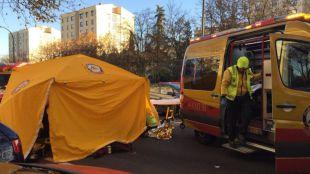 Los servicios de emergencias atienden a la mujer herida tras el atropello en Usera