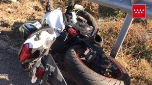 Moto del joven fallecido tras sufrir un accidente en la M-203.