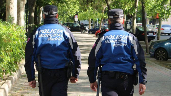 Foto de archivo de dos policías municipales de Madrid patrullando