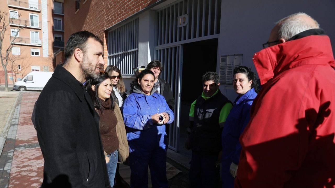 Los ediles de Ahora Madrid charlan con responsables y beneficiarios de los cursos.