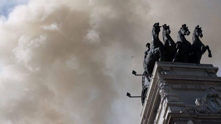 Incendio en la cubierta del teatro Alcázar, lugar donde estaba la discoteca Alcalá 20, en la calle Alcalá.