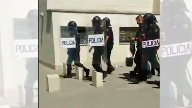 La Policía, en una imagen de archivo, en la detención de otra persona por su integración en la organización terrorista Estado Islámico