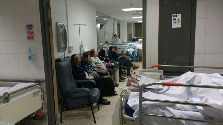 Los enfermos vuelven a los pasillos en otro colapso en las urgencias de La Paz