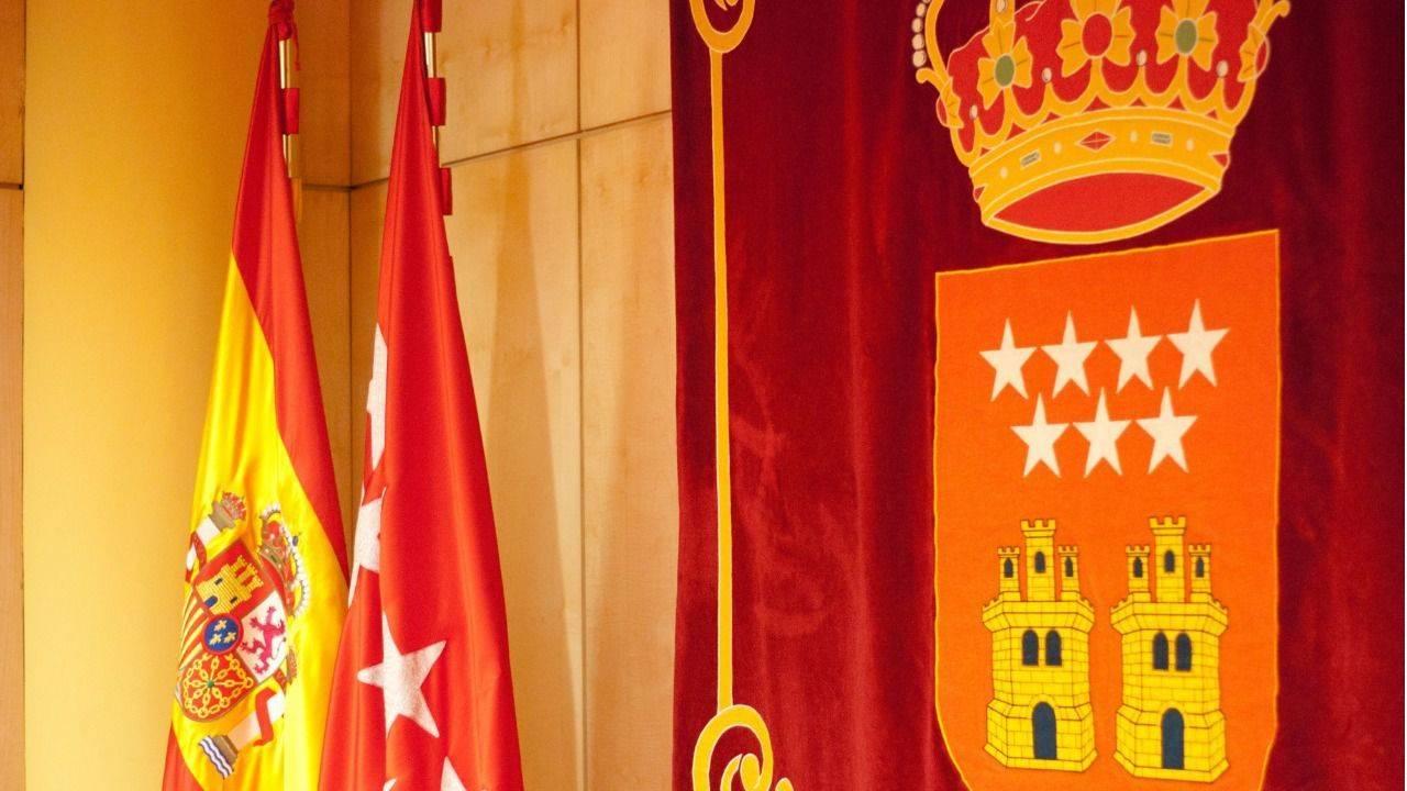 Bandera y escudo de la Comunidad de Madrid.