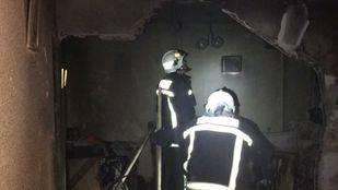 Los bomberos, en la vivienda tras el incendio