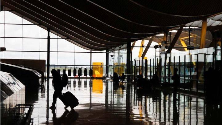 Un viajero en la terminal 4 del aeropuerto Adolfo Suarez Madrid-Barajas.