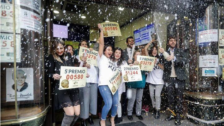 Los trabajadores de la administración de Doña Manolita han celebrado con champán que han vendido parte del primer premio, del segundo y varios quintos en el sorteo extraordinario de Navidad de la Lotería Nacional.