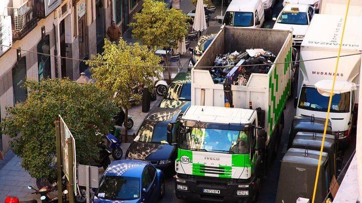 Un camión de recogida de basuras entre calles de Madrid