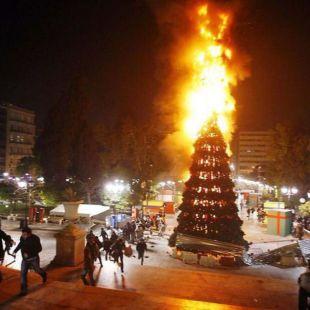 IU Madrid 'felicita' las fiestas con un abeto en llamas