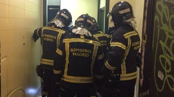 El matrimonio herido tras descolgarse un ascensor permanece estable