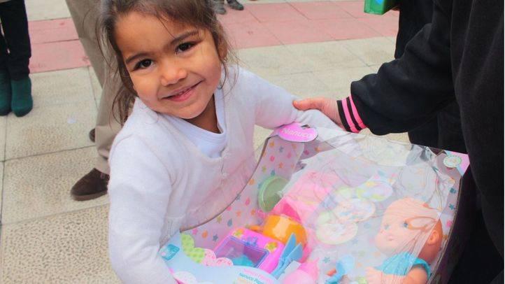 Entrega solidaria de juguetes para las niñas y niños de los campamentos de Valdelatas y San Roque.