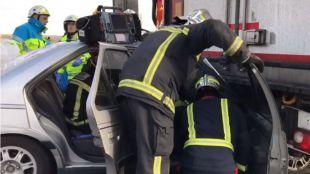 Herido tras quedar su turismo atrapado bajo un camión