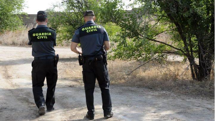 Una pareja de la guardia civil en un camino rural.