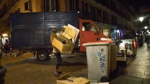 Imagen de archivo de un camión 'pirata' de recogida de cartón en Madrid.