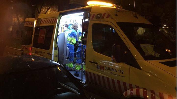 Imagen de archivo de una ambulancia del Summa atendiendo a un hombre después de una reyerta callejera.