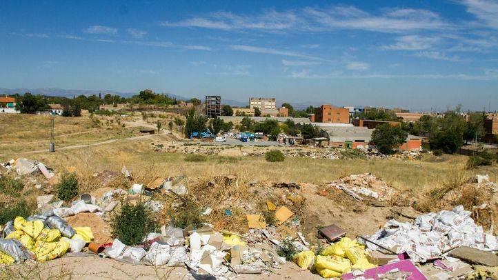 Vertedero ilegal en el distrito de Fuencarral, junto a la ermita y la calle Antonio Cabezón.