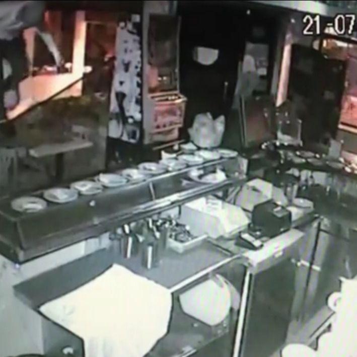 Captura de una cámara de seguridad en un local asaltado por los atracadores detenidos en la operación 'Cerebro Brown'