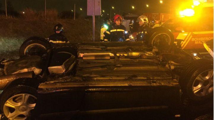 Tres heridos tras arrollar un camión a una grúa en la M-40