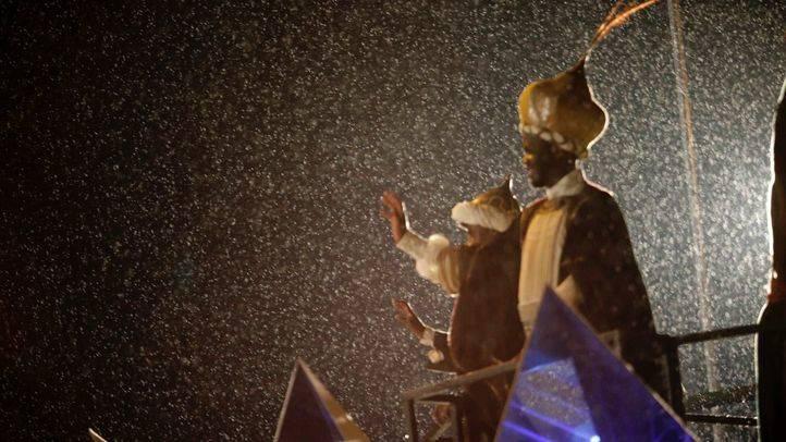 Los Reyes Magos recorren Madrid bajo una intensa lluvia