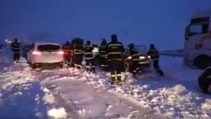 Madrileños atrapados en la AP-6 a causa de la nieve