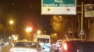 El túnel de República Argentina lleno de coches este lunes por el corte al tráfico