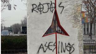 Pintadas en el monumento a las Brigadas Internacionales.