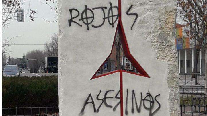 Pintadas en el monumento a las Brigadas Internacionales