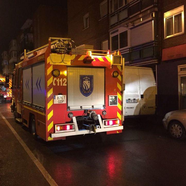 Un fuego atrapa a once vecinos en Fuenlabrada