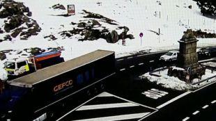 La AP-6 reabre tras horas cerrada por el vuelco de un camión