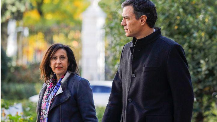 Pedro Sánchez y Margarita Robles a su llegada a la capilla ardiente de José Manuel Maza.