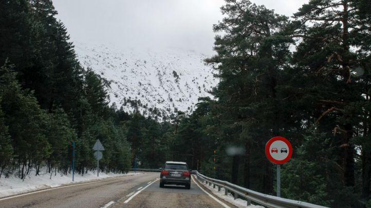 Tarde de viento y nieve en las carreteras de la sierra