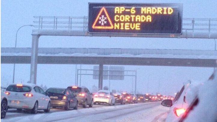 Las nevadas colapsan las carreteras españolas.