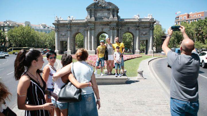 Imagen de archivo de turistas en la Puerta de Alcalá.