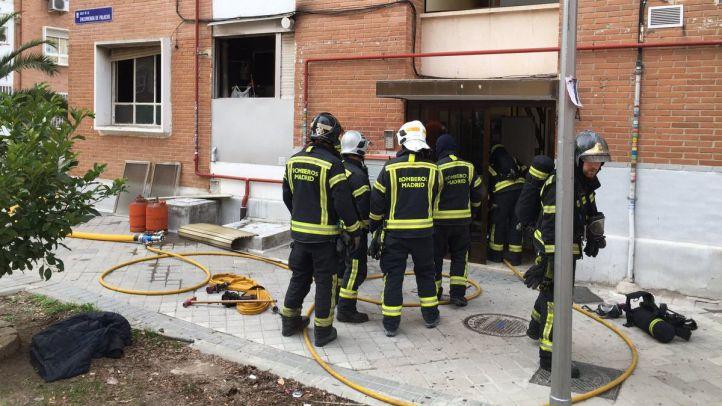 Bomberos del Ayuntamiento de Madrid sofocan un incendio en un edificio de viviendas de la calle Encomienda de Palacios.