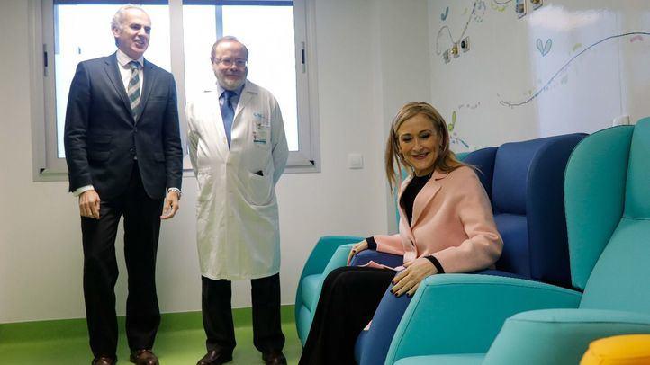 La presidenta de la Comunidad de Madrid, Cristina Cifuentes, junto al consejero de Sanidad, Enrique Ruiz Escudero, han visitado las nuevas salas de las urgencias pediátricas del hospital La Paz.
