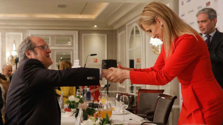 Cristina Cifuentes saluda a Ángel Gabilondo en un desayuno informativo.
