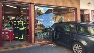 Los Bomberos del Ayuntamiento de Madrid han sido los encargados de sacar el coche de la pastelería.